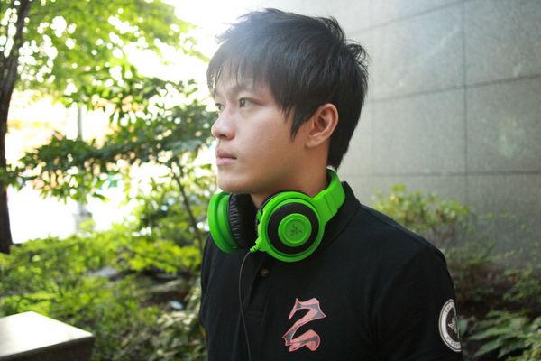 Zenith的海报明星HyHy.他戴着Razer新款的Kraken耳机.)——蝰蛇