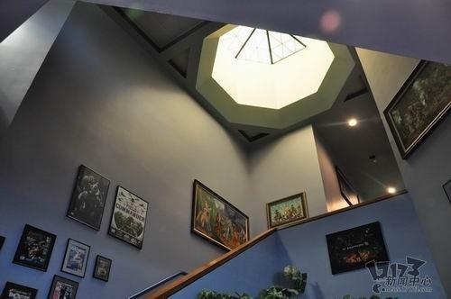 索尼 海报/通往楼上的楼梯边挂满了SOE制作的各种游戏海报和杂志封面。...