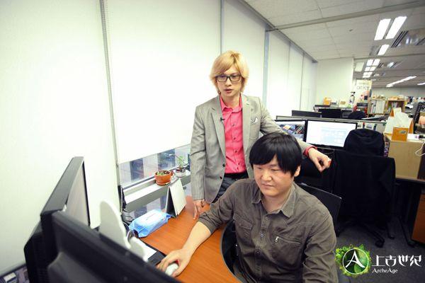 金京泰与开发人员交流开发工作。