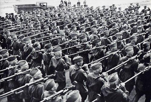 莫斯科红场阅兵扛着PTRD上战场的苏军