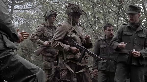 《兄弟连》中使用汤普森的美国伞兵