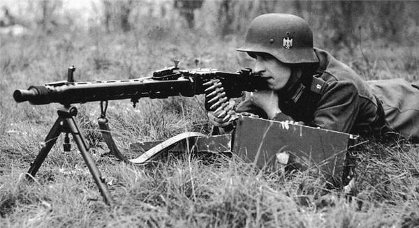 二战中手持MG42的德军