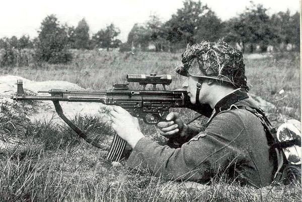 战场上德国STG44突击步枪