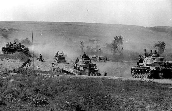 德军坦克部队在战场上快速推进
