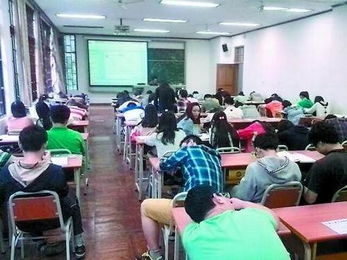 大学生课间多睡觉玩手机 教室比上课时安静图片