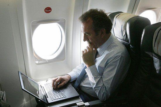 美空管局解除电子设备禁令 飞机上能玩游戏