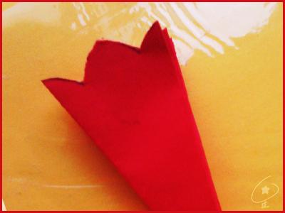 拿笔画上如图的线条这就是窗花的花边啦准备开剪