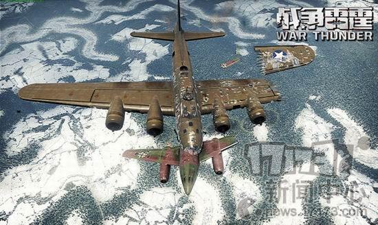 众所周知,在《战争雷霆》的世界中,游戏内的任何载具虽然没有血条设定,但玩家反而能够更加清晰的去判定自己或敌人的生存状态,这是WHY?其实很简单,那就是《战争雷霆》对于载具细节模块有着非常精细的设计,以及在常识下融入了各种飞机的真实死法下面,就让我们欣赏并盘点一下,《战争雷霆》中的飞机死法大全。 《战争雷霆》飞机死法大盘点 飞机死法之一:尾翼受损 在战斗中,当玩家飞机的尾翼被击中后,飞机的方向舵、升降舵会收到损伤,此时控制飞机的高度及侧转向便会变得十分困难,如果此时正处在山崖或其它险峻地形,那