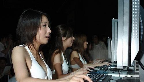 网吧内同样存在不少女性玩家