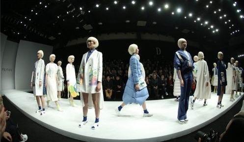 3,服装设计 在美国,虚拟现实技术已融入服装设计,消费者可以在家里